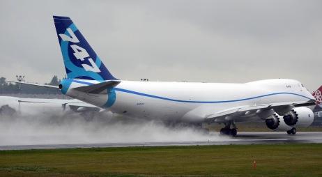 boeing_747-8_wet_landing